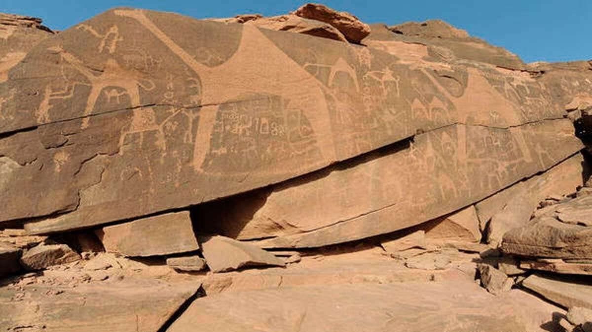En Arabia Saudí encuentran esculturas de la era prehistórica de camellos tallados en rocas.